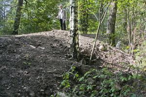 Döljer skräp. Jordhögen ligger i Mälarparken nedanför Viksängskyrkan. Rauno Haikonen hävdar att det under jordmassorna dumpats byggavfall. Politiker och tjänstemän på kommunen vet inte vad högen innehåller men tvivlar på uppgiften.