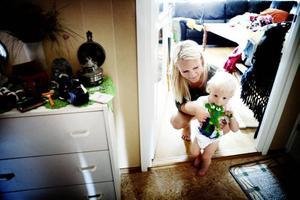 Josefine Landström tror att livet som ensamstående mamma skulle vara lättare om Gävle kommun erbjöd mer hjälp.– Det skulle göra stor skillnad för mig om de bara gav lika mycket till alla mammor, oavsett ålder. Att vara mamma skiljer sig ingenting om man är över eller under arton år, säger hon.