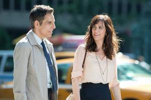Walter (Ben Stiller) och Cheryl (Kristen Wiig) jobbar båda på fototidningen Life magazine, som blir nedläggningshotad samtidigt som han tvingas ge sig ut på jakt efter ett försvunnet negativ.Foto: 20th century fox