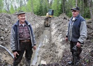 Paul Hagström och Stig Uno Abrahamsson, Ragunda kommuns VA-maskinister  i Bispgården, framför det nya avloppsrördike som håller på att grävas i Bispgården.Foto: Ingvar Ericsson