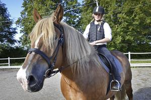 Det går bra att rida också på en ardennerhäst. Det visade Agnes Bresjö som red runt med Mille på ridbanan.