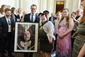 Prins Daniel tar emot skådespelaren Lotta Danielsson och Glada Hudik-ensemblen på Stockholms slott på måndagen