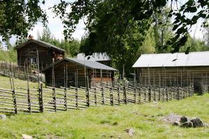 Skomakravallen här sedd från Lassasvallen. Vallarna inhägnas av fyra kilometer sne´hage.