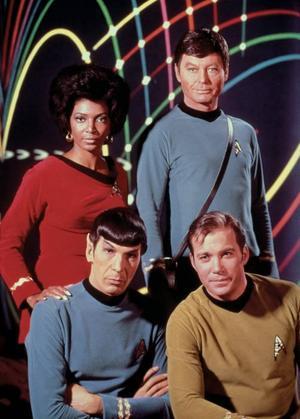 "Originalbesättningen från 1966. Karaktärerna Uhura (Nichelle Nichols), ""Bones"" McCoy (DeForest Kelley), Mr Spock (Leonard Nimoy) samt befälhavare James Kirk (William Shatner)."