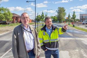 Carl-Erik Almskoug, ordförande i kommunens tekniska nämnd, och projekt- och gatuchefen Magnus Andersson på nya Åbrinksleden.
