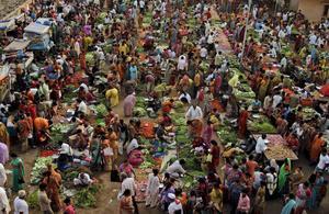 Matmarknad i Ahmadabad, Indien. Den extrema fattigdomen i världen har halverats sedan 1990.