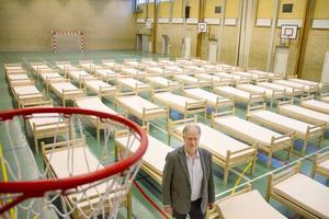 Stenebergsskolans idrottshall var sedan tidigare planerat som tillfälligt boende för flyktingar och öppnade dörrarna för upp till 50 boende på måndagen.