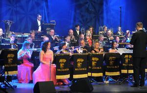 Nyårskonsert med Bollnäs Blås är en mångårig tradition. Årets konsert var den 28:e i ordningen, den andra i Kulturhuset och den första tillsammans med buskisgänget från Småstadsliv. Den befarade kulturkrocken uteblev dock.