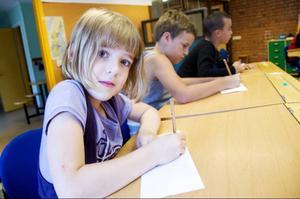 """Lova Bodin tillverkar en namnskylt som ska sättas på hennes skolbänk. """"Det är kul att få komma tillbaka till skolan igen"""", säger Lova."""