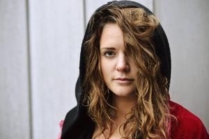 Tove säger att hon inte kan sjunga något som någon annan skrivit åt henne.