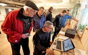 Här scannar Per Berglund in bilder som Jan Olov Blomqvist kommit med. Foto: Johnny Fredborg