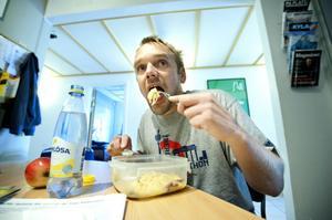 Sista måltiden: Rester från i påskas, sista spagettistrån och pulversås. För en månad sedan trodde inte Jerker Buud att han skulle klara 100 dagar, men det gick.