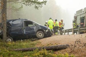 Bilen stannade mot ett träd någon kilometer bortanför Sveg på E45 i riktning mot Mora.