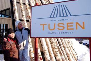 Anders Östring och Britt Bohlin vid namnskylten. Att det var Tusen restaurangen skulle heta bestämde Aron Hansson och Cristopher Hjälmeby. Det var nämligen deras förslag som vann namntävlingen.