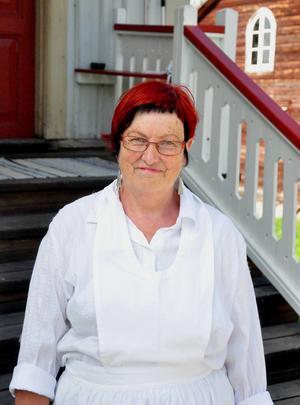 Ann-Marie Wiklund är medlem i Ragunda hembygdsförening och hjälper till att arrangera tårtsöndagen.   Den här dagen brukar alltid vara uppskattad. I år är det mycket barn som är här vilket är roligt, säger hon.