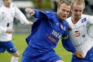 Frösöns Marcus Olofsson kopplar greppet på Opes Jimmy Anjevall i derbyt för sex år sedan. Le Sport fokuserar på fotboll och hockey.