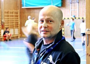 Erik Lindkvist är idrottslärare, och kan undervisa i simning. Men de som jobbar på simhallen är bättre på det, menar han.