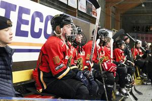 Tappra hockeylirare väntar på sin tur i BIS-rännet.
