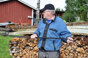 """Sven-Olof """"Ludde"""" Lundberg är dödligt less på att behöva bråka med Skanova för att få kabeln nedgrävd eller uppsatt på stolpar. På vintern försvinner den under snön och han har redan råkat klippa av den en gång."""