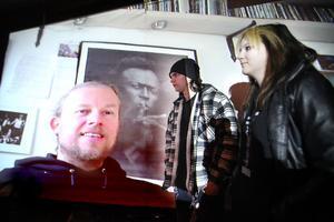 Arrangörerna Robin Magnusson och Elin Matsson testar videolänken med trummisen Morgan Ågren.
