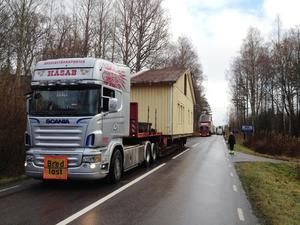 Transport. Skolmodulerna transporteras långsamt längs vägen via Svartå.
