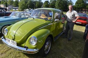 Erik Karlsson vid sin gröna Folka från -75, sista året som dessa bilar såldes i Sverige.