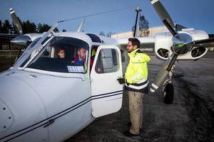 Mats Vedmark välkomnar Erika Balke och Mats Olsson ner på marken igen efter dagens sista flygning.