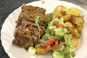 Naturbeteskött. Köttfärslimpa med ugnsrostad potatis och sallad serverades i Hinge skola.