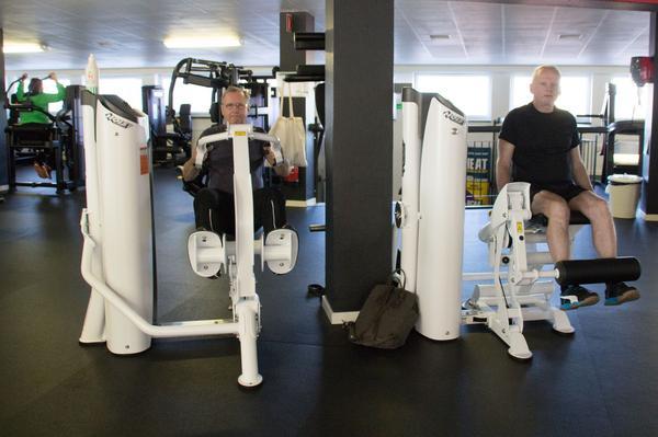 De som tränar gör några upprepningar var och sen är det dags att byta till nästa. Torbjörn Sundvall och Anders Karlsson ger allt i de nya maskinerna.