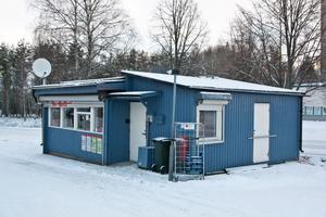Kiosken i Vallhov som utsattes för rånförsök i lördags kväll.