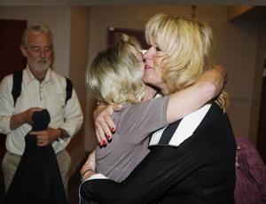 I går hade tidigare kommunchefen Elisabet Sjöström i Krokom sin avskedsfest i kommunhuset. Det blev kramar i massor. Här är det barn-och utbildningschefen Birgitta Lundgrens tur.