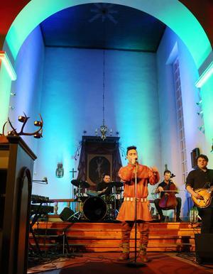 Han minns att han som lillgrabb ofta satt ensam i kyrkan och spelade och sjöng för sig själv