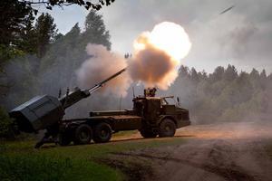 Norges avhopp ger kanoner till Sverige. Från början beställdes 48 kanoner, hälften var till Brödrafolken. Nu när Norget hoppat tar Sverige alla 48, men regeringen betalar bara för 36 (24+12) och räknar med att sälja 12 av kanonerna före 2020. Om det nu blir en försäljning.