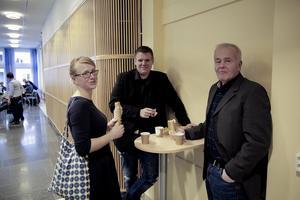 En ny allians under bildande? Centermannen Jan Karlsson, till höger, var överens med majoriteten, här representerad av Åsa Wikberg (MP) och Lars Handegard (V), att det vore fel att lägga ned byskolorna i Nyhammar och Fredriksberg och att det är rätt att kommunen håller sig med egna kor. Å andra sidan utlovade han att tillsammans med övriga borgerliga politiker göra en del utspel under det kommande valåret.