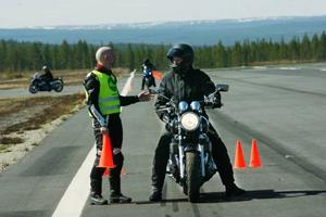 """Bland alla övningar körs även de viktiga bromsövningarna.Instruktören Joakim Wassberg gav goda råd.Eva Jonasson blev med motorcykel i fjol när hon även tog MC-kort. """"Lite av en dröm"""", säger Eva."""