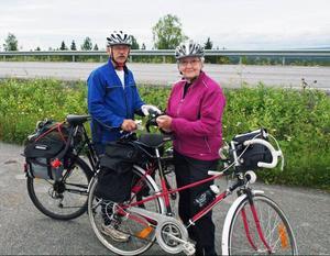 Jakob Persson och Anne-Marie Hellby – två seniorer som stått för den aktningsvärda bedriften att cykla mellan Alsen och Stockholm på fyra dagar.