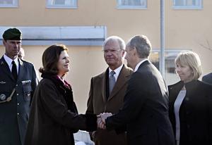 15.30 Tack för besöket. Det var mycket intressant, säger drottning Silvia och tackar Sandviks vd Lars Pettersson medan kungen och landshövding Barbro Holmberg, värd för besöket, tittar på.