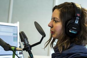 Emelie trivs utmärkt som radiojournalist.