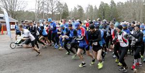 De främsta i starledet på ett par hundra löpare hade bråttom iväg.