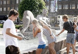 Alexander Koff, 16, och kompisarna Sofia Engberg och Helena Skoglund, båda 15 år, gav sig in i ett vattenkrig för att svalka sig i värmen. Några ombyteskläder finns inte packade men de räknar med att de torkar i solen.