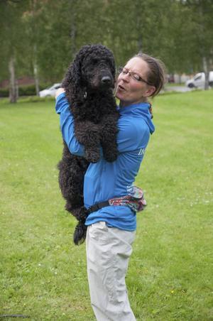 Hunden Dovah kin är en golden doodle som håller på att utbildar sig till att så småningom bli en läshund. Här med matten Anja Wärnersson.