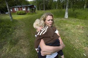 Mamma Annakarin Johansson visar stället på tomten där Theo blev biten av huggormen.