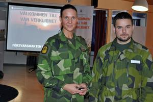 Isabelle Larsson och Petter Bolund, från Försvarsmakten, besökte Dahlandergymnasiet för att marknadsföra Försvarsmakten som arbetsgivare.