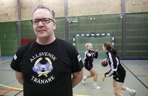 Mycket i Magnus Dehlins liv kretsar kring handbollen – som lärare på handbollsgymnasiet och som tränare i Strands IF.