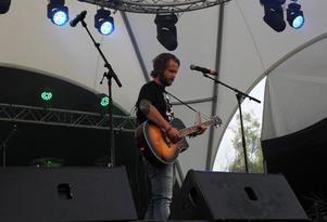 Martin Rubashov. Med sig på scenen hade han också Jon Larsson.