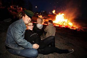 Värmen från majbrasan i Badhusparken gjorde det behagligt att vara ute. Sandor Andersson och Anjelica Olovsson satt med kompisarna intill avspärrningen kring brasan. Mycket folk var ute i den ljumma vårkvällen för att se någon av alla de brasor som syntes längs Storsjöns stränder, exempelvis i Lugnvik.