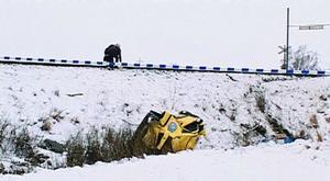 malmö.En kvinna skadades allvarligt då en personbil tillhörande Posten kolliderade med ett godståg på Kontinentalbanan mellan Malmö och Trelleborg vid middagstid. Lokföraren signalerade men lyckades inte bromsa tåget i tid. Boende i närheten hjälpte till med att samla ihop postförsändelserna som hade spritts över olycksområdet. (TT)