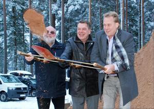 Från vänster Rolf Andersson, Grytnäs Projekt, Örjan Furn, vd DVAAB och Inge Östlund, styrelseordförande DVAAB tar det första spadtaget vid Moskogen.