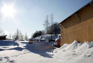 Här vid lokstallarna i Svartvik är det som elledningarna ska dras och där misstänker man att det finns dioxin i marken.