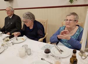 Tre av de uppklädda middagsgästerna är från vänster Bo Andersson, Dagny Andersson och Mariann Edlund. Foto: Åke Nilsson